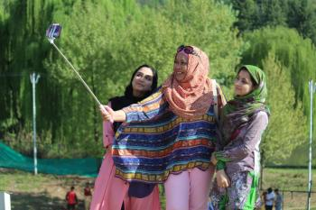 Photo With Kashmiri Girls  www.fbtourandtravels.com